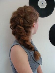 Перед началом плетения волосы должны быть влажными и чистыми