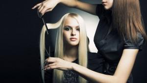 Утюжок может повреждать волосы