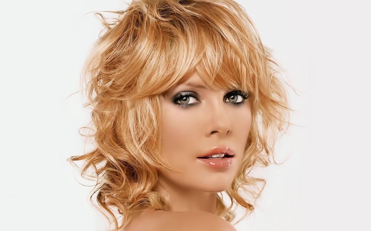 стрижка на тонкие вьющиеся волосы средней длины фото