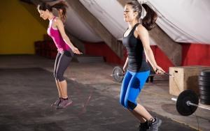 Прыжки со скакалкой в спортзале