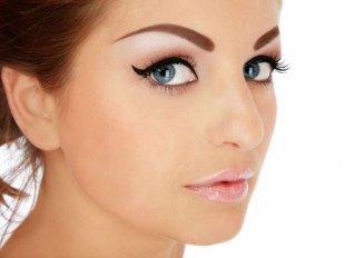 Выразительный макияж с помощью татуированных бровей