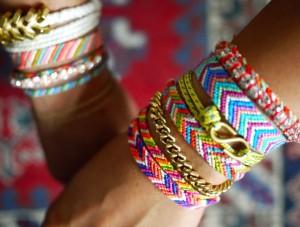 Во время плетения фенечки важно сочетать цвета и узоры