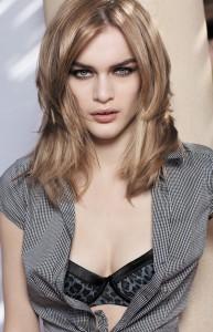 Во время колорирования волос можно делать крупные или мелкие пряди