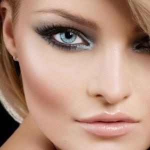 Блондинкам подходит смоки айс в серых оттенках