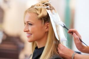 Наносить хну нужно на чистые влажные волосы