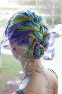 Фото 2 - Девушки могут использовать накладные пряди для волос
