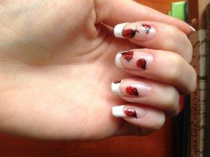 Рисунок на ногтях божья коровка