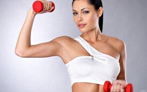 Худые руки с четким рисунком мышц