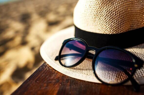 Вещи на море - очки и шляпа